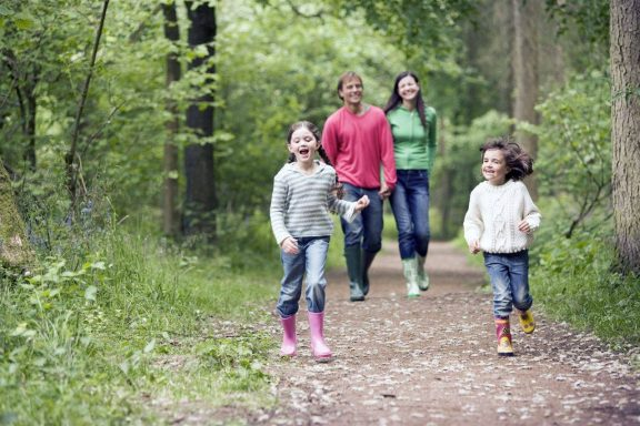 Familie som går på tur