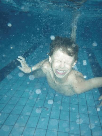 barn under vann i svømmehall